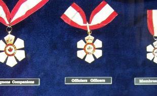Les trois grades de l'Ordre du Canada (Compagnon, Officier et Membre) sont exposés à la Citadelle de Québec.