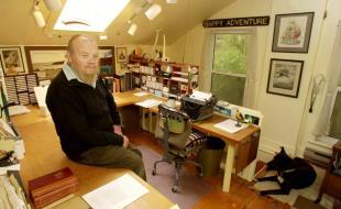 C'est dans cette pièce que l'écrivain Farley Mowat a produit la plupart de ses écrits. Elle fait partie du deuxième étage d'une maison située près de sa résidence principale et qui lui appartenait. Cette photo a été prise le 31 octobre 2002 par Tibor Kolley.