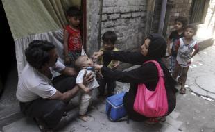 Un travailleur de la santé pakistanais vaccine un enfant contre la polio à Lahore, au Pakistan, le 20 mai 2014. (Photo AP / K.M. Chaudary)