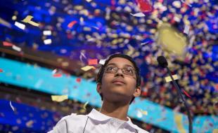 Le 30 mai 2013, Arvind Mahankali admire la pluie de confettis marquant sa victoire au concours d'épellation national. (AP Photo/Evan Vucci)
