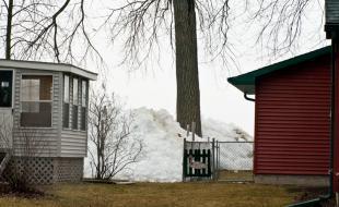 La poussée de glace survenue au début mai à Ochre Beach, Manitoba, était semblable à celle qui s'était produite en mars 2009 à Brighton Beach, Menasha, Wisconsin, États-Unis.