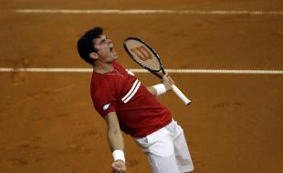 Le joueur de tennis canadien Milos Raonic crie de joie juste après avoir gagné son match de demi-finale de la Coupe Davis contre le Serbe Janko Tipsarevic à Belgrade, Serbie, le vendredi 13 sept. 2013. (AP Photo/ Marko Drobnjakovic)