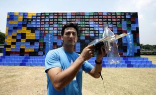 Illac Diaz montre une bouteille à eau minérale en plastique qui a été recyclée et munie d'une ampoule solaire bon marché qui peut éclairer l'intérieur d'une demeure jusqu'à cinq heures de suite. (AP Photo/Bullit Marquez)