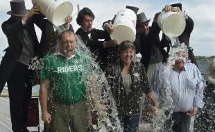 De gauche à droite : le premier ministre du Yukon, Darrell Pasloski, la première ministre de la C.-B., Christy Clark, et le premier ministre du Nunavut, Peter Taptuna, participent au défi du seau d'eau glacée pour la recherche sur la SLA à Charlottetown, Î.-P.-É, le 29 août 2014. (LA PRESSE CANADIENNE/Andrew Vaughan)
