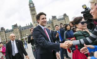 Le premier ministre désigné du Canada Justin Trudeau salue la foule en quittant la Colline du Parlement à Ottawa le 20 octobre 2015. EPA/Chris Roussakis