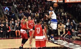 DeMar DeRozan (10) des Raptors de Toronto s'élance dans les airs pour effectuer un lancer coulé durant la première mi-temps du Match des Étoiles de la NBA ayant eu lieu à Toronto le 14 février 2016. (LA PRESSE CANADIENNE/Mark Blinch)