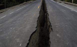 Une fissure dans la chaussée causée par le tremblement de terre de magnitude 7,8 ayant secoué l'Équateur le 16 avril 2016. (AP Photo/Rodrigo Abd)