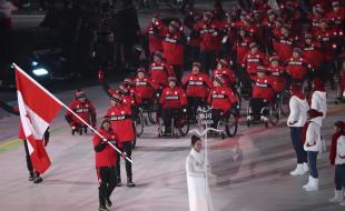 Le 9 mars 2018, Brian McKeever porte le drapeau du Canada alors qu'il défile en tête de ses co-équipiers lors de la cérémonie d'ouverture des Jeux paralympiques d'hiver 2018 à PyeongChang, en Corée du Sud.