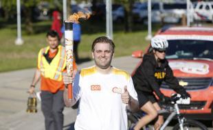 Un des porteurs du flambeau à Sault-Sainte-Marie le 4e jour du parcours de la flamme des Jeux panaméricains, un périple de 41 jours qui a commencé le 30 mai afin de partager l'esprit des Jeux Pan Am dans plus de 130 localités avant le début des Jeux le 10 juillet.