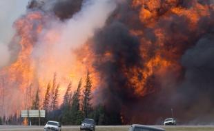 Une boule de feu géante s'élève alors qu'un feu échappé ravage la forêt, à 16 kilomètres au sud de Fort McMurray, en Alberta, le 7 mai 2016.  (LA PRESSE CANADIENNE/Jonathan Hayward)