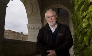 Cette photo d'Arthur McDonald, professeur à l'Université Queen's, a été prise dans son établissement situé à Kingston, Ontario, le 6 octobre 2015. Le professeur McDonald est un des colauréats du prix Nobel de physique 2015 pour ses travaux sur de minuscules particules baptisées neutrinos. (LA PRESSE CANADIENNE/Fred Chartrand.)
