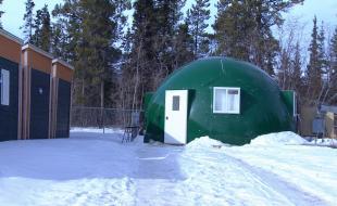 L'Agri-Dome. [Photo avec l'aimable permission du site Web de l'Agri-Dome,  https://yukonphotos.wordpress.com/2015/03/28/the-agridome-prototype-for-arctic-agriculture/]