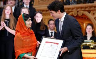 Le premier ministre du Canada Justin Trudeau accorde à Malala Yousafzai la citoyenneté d'honneur du Canada durant une cérémonie tenue à Ottawa le 12 avril 2017. (REUTERS Photo)